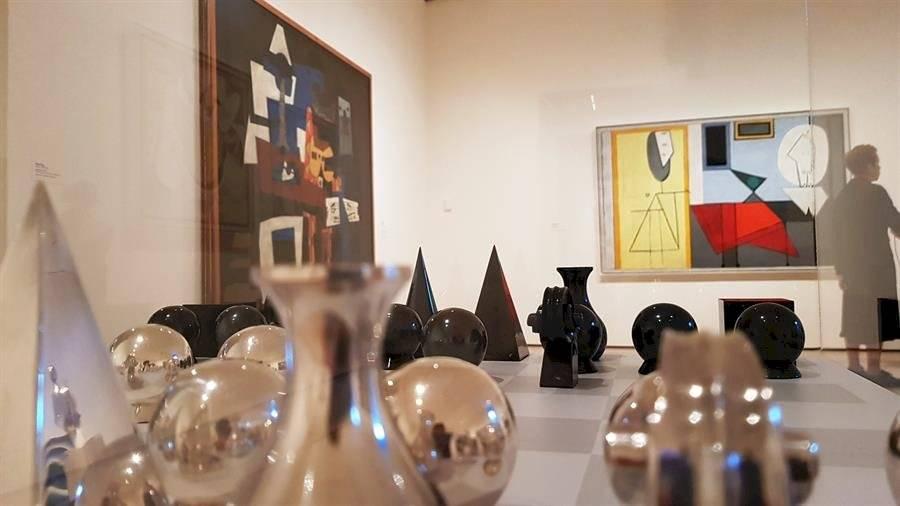"""Vista de un ajedrez diseñado por el artista Man Ray junto a los cuadros """"Arlequín"""" (i) y """"Estudio"""" (d), de Pablo Picasso, colgados en la sala París de los años 20, una de las nuevas salas remodeladas del icónico museo de Arte Moderno de Nueva York (MoMa) EFE/Jorge Fuentelsaz"""