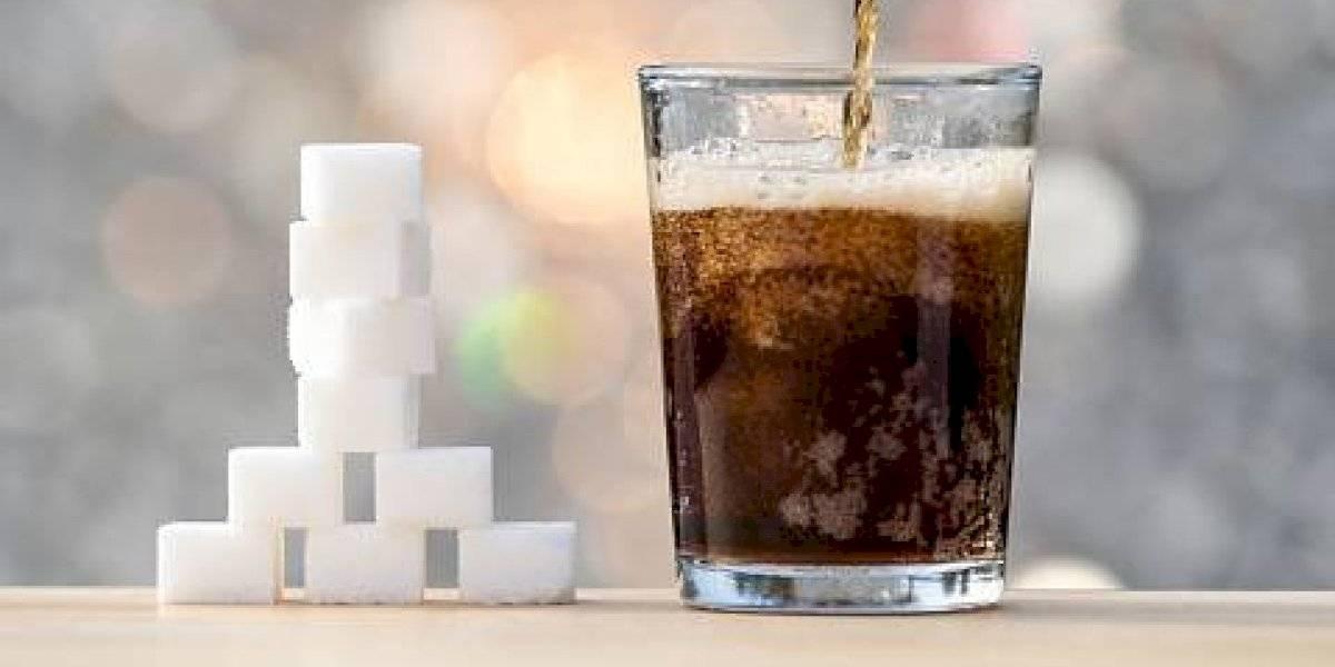 ¿Se debería seguir el ejemplo en Chile? Singapur se convertirá en el primer país del mundo en prohibir la publicidad de las bebidas azucaradas