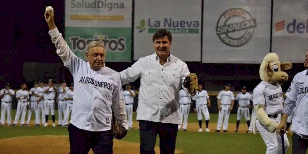 AMLO lanza la primera bola en el retorno de los Algodoneros de Guasave