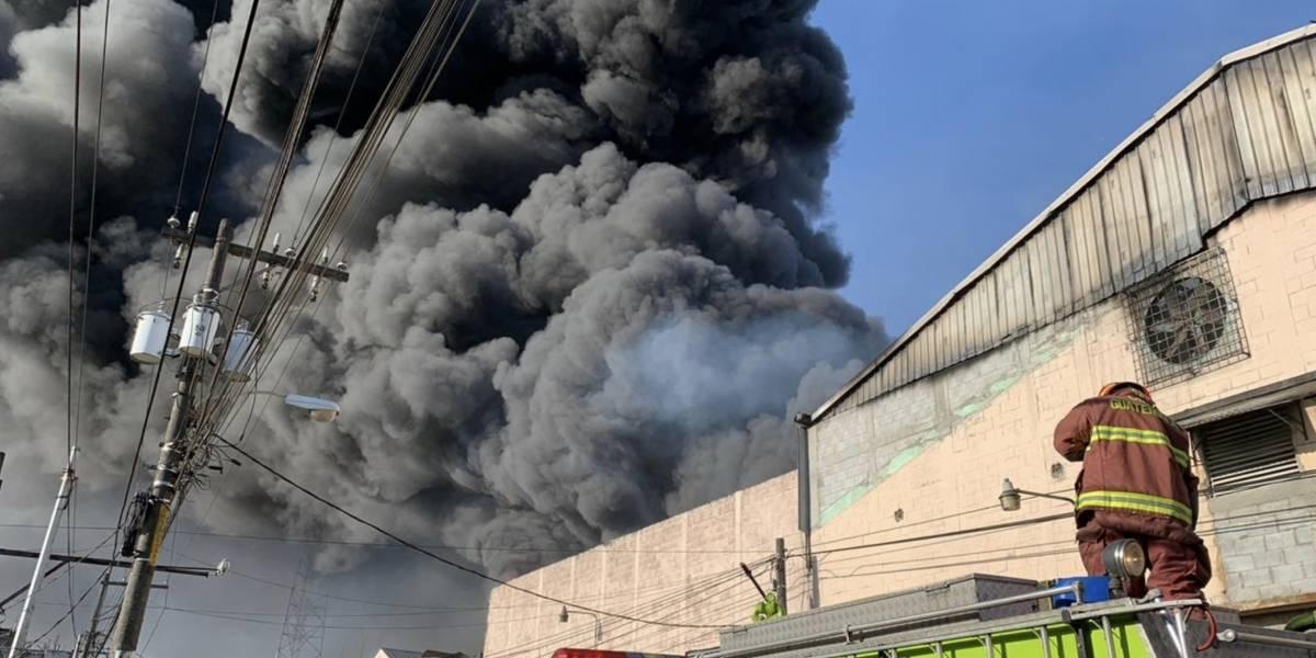 Cuatro bomberos resultan heridos en grave incendio en bodegasenMixco
