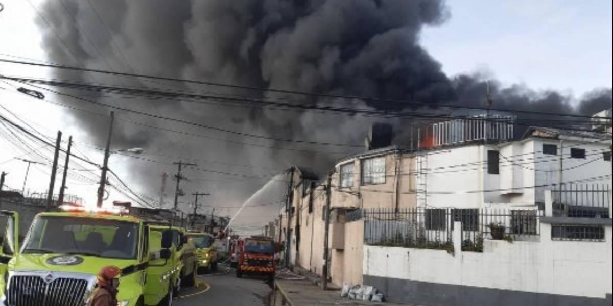 VIDEO. Incendio de grandes proporciones consume bodegas en zona 2 de Mixco