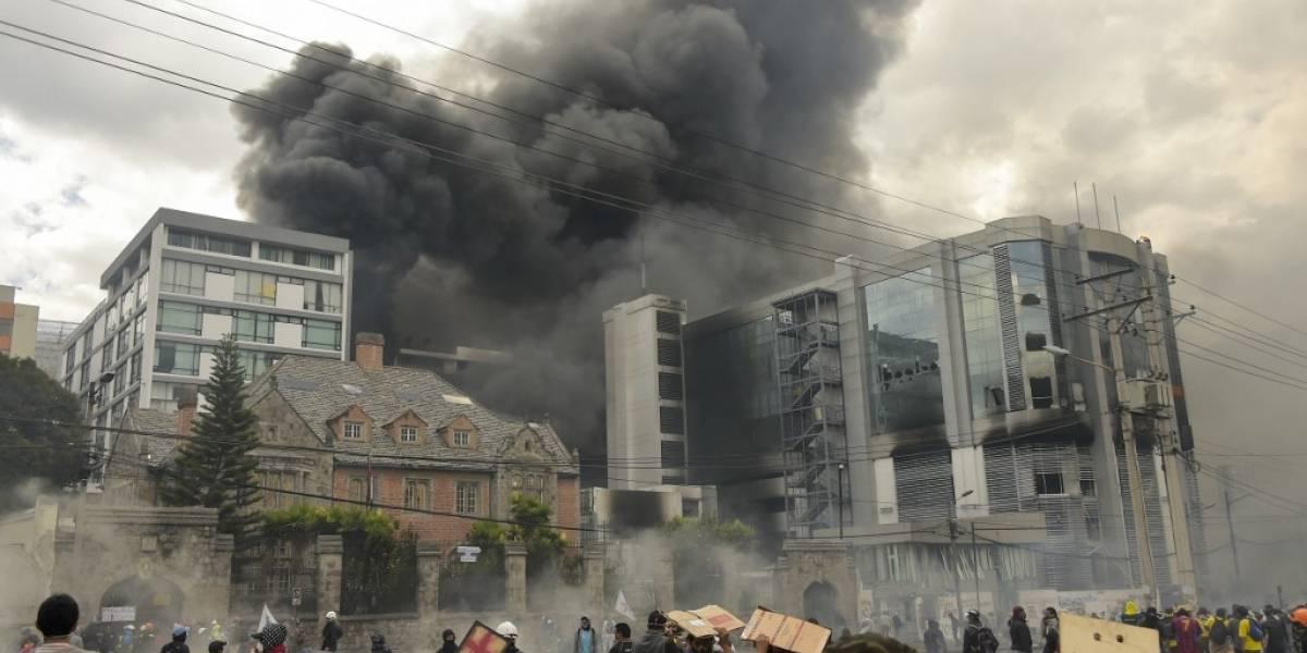 VIDEOS. Manifestantes incendian edificio público y canal de televisión en Quito