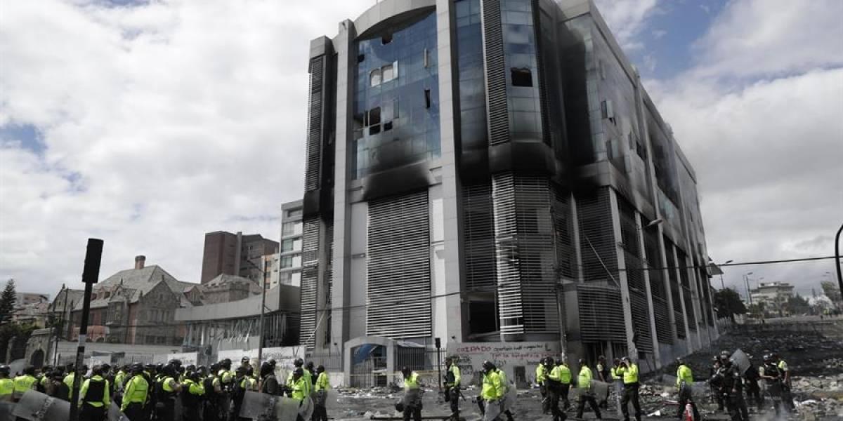 Edificio donde funcionaba la Contraloría, con resguardo policial ante manifestaciones en Quito
