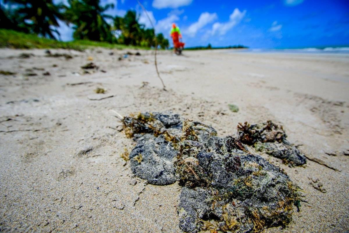 Pedaços de óleo na praia de Ipioca, em Maceió (AL)