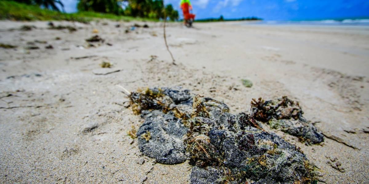 Bahia vai decretar emergência por manchas de óleo no litoral
