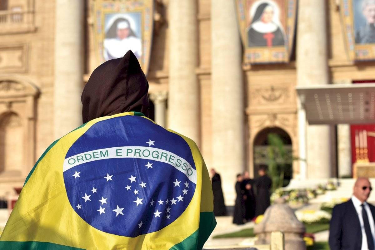 Fiel em frente à foto de Dulce no Vaticano Valmir Cirne/Folhapress