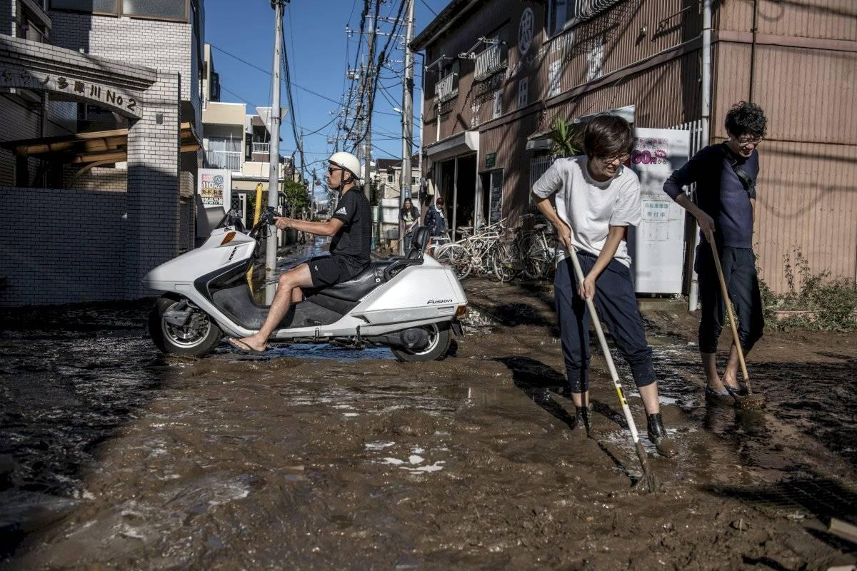 Moradores limpam lama em Kawasaki Getty Images