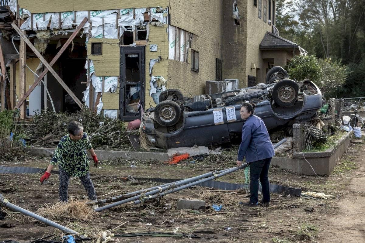 Moradores retiram destroços em Chiba Getty Images