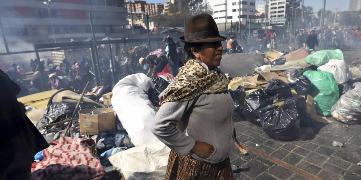 Manifestantes realizan limpieza masiva en Ecuador