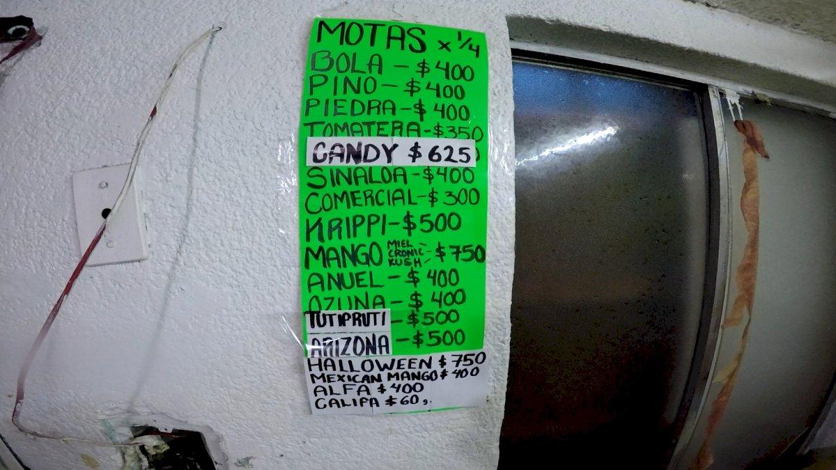 Un lista en una cartulina muestra los precios en que se vende la droga A&E