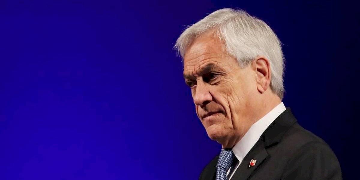 Piñera cede ante la presión y suspende alza de pasaje, comprometiendo una mesa de diálogo