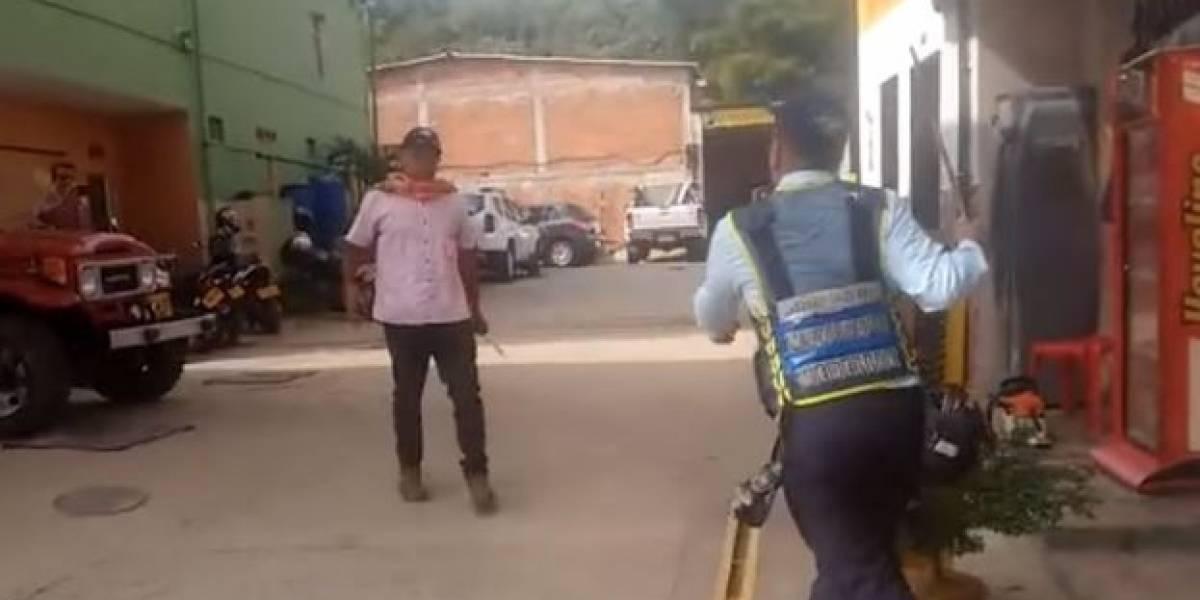 (VIDEO) Con varilla tuvo que defenderse agente de tránsito que fue atacado con arma blanca