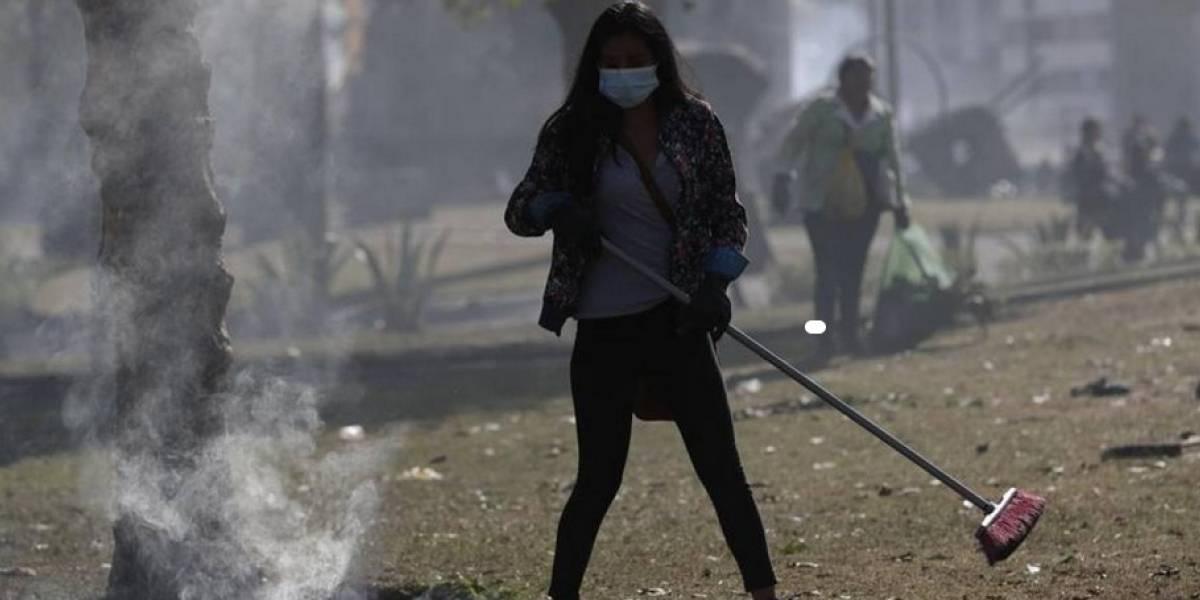 Armados con escobas y palas ecuatorianos borran huellas de las protestas