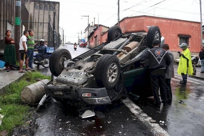 Cuatro heridos tras volcar vehículo en zona 8