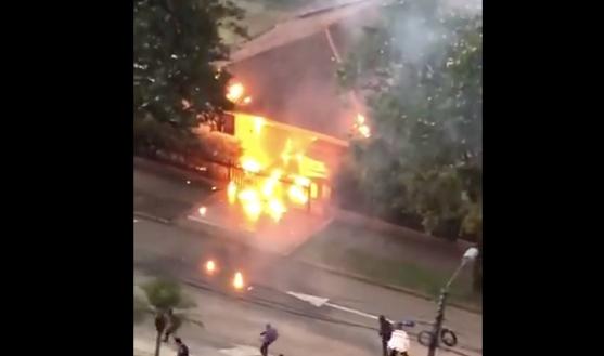 Encapuchados le prendieron fuego a la casa de un comandante y su familia estaba adentro
