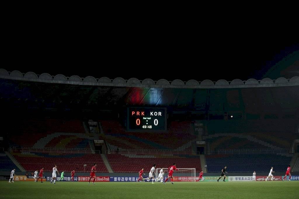 Foto AFP | El estadio Kim Il Sung de Pyongyang lució vacío en el duelo entre las dos coreas