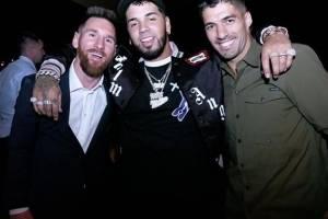 Anuel con los jugadores del Barcelona FC