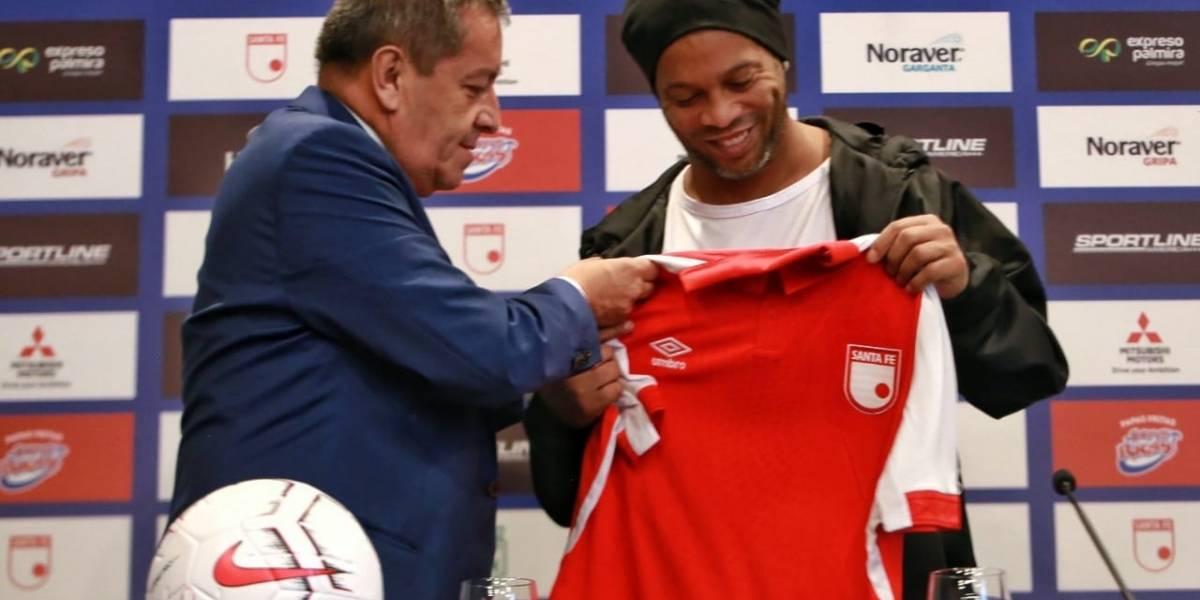 El legendario Ronaldinho llegó a Bogotá para su partido con Santa Fe