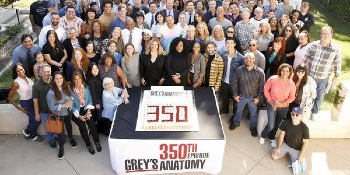 Grey's Anatomy: Equipe comemora 350 episódios com foto que pode revelar 'aparição especial' na 16ª temporada