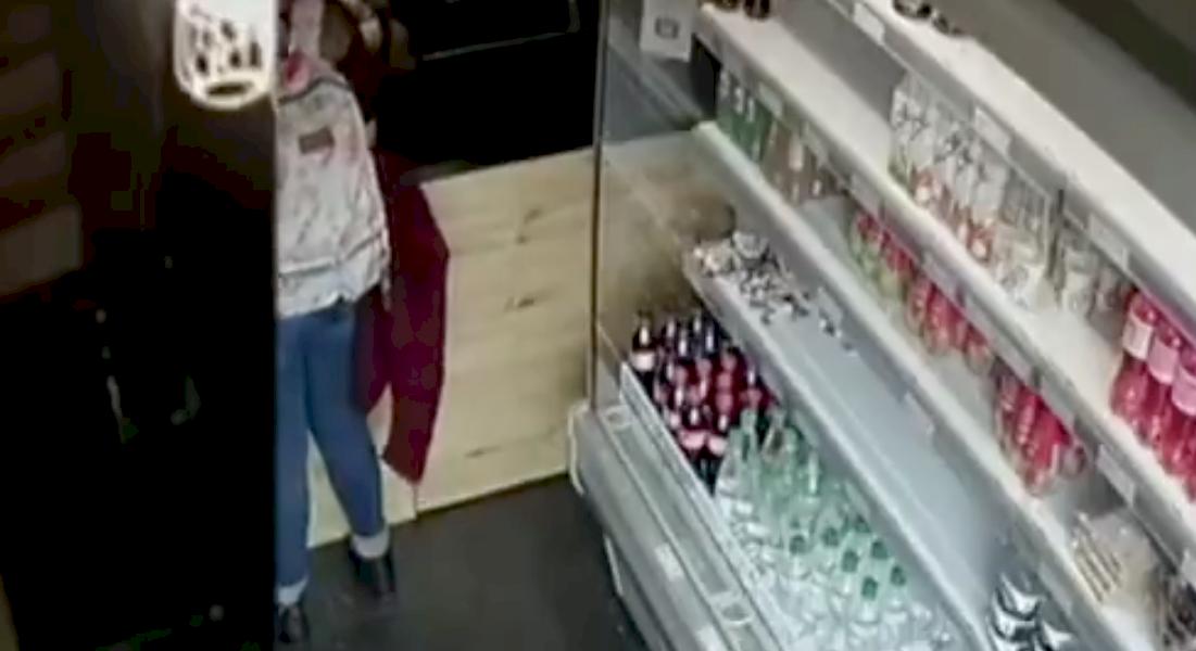 ¡Pilas! Así es como banda roba en una de las tiendas de café más populares del país