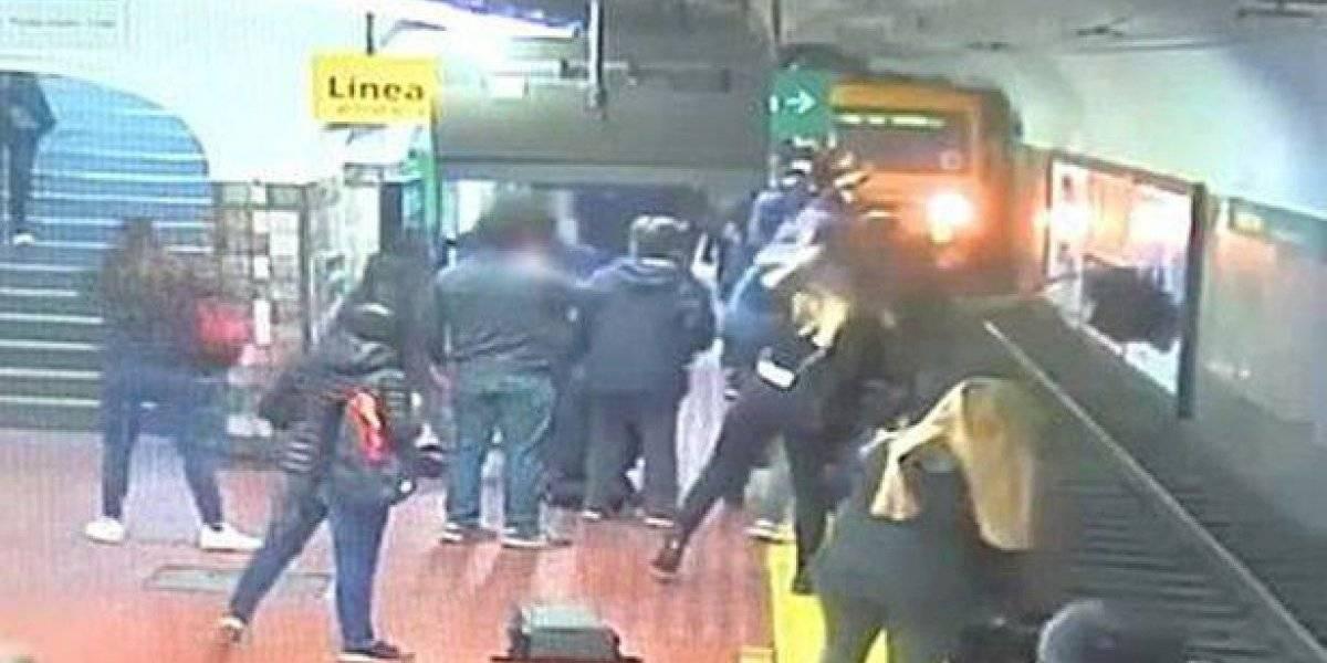 Vídeo mostra momento em que mulher é atirada da plataforma do metrô por passageiro que passava mal