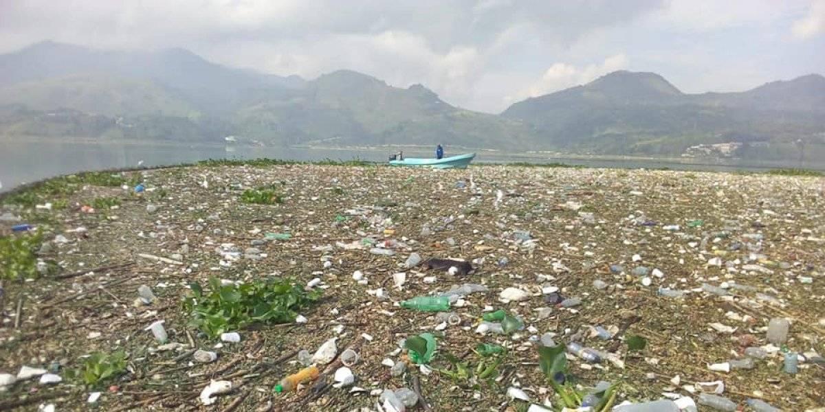 Lago de Amatitlán quedaría totalmente cubierto de basura en un año si se deja de limpiar