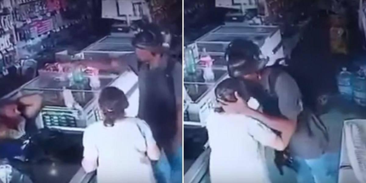 (VIDEO) En medio del atraco ladrón besó a mujer de la tercera edad para calmarla