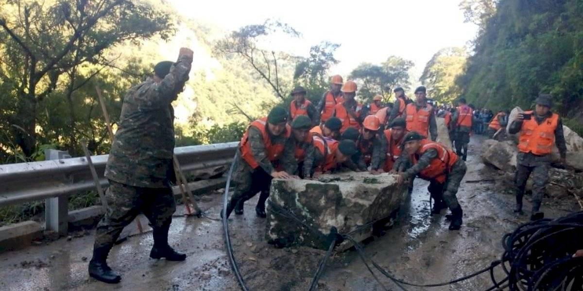 ¡Peligroso derrumbe! Enormes rocas caen sobre ruta a Panajachel