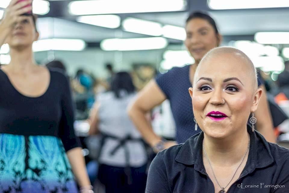 Mujeres maquilladas, cáncer de mama