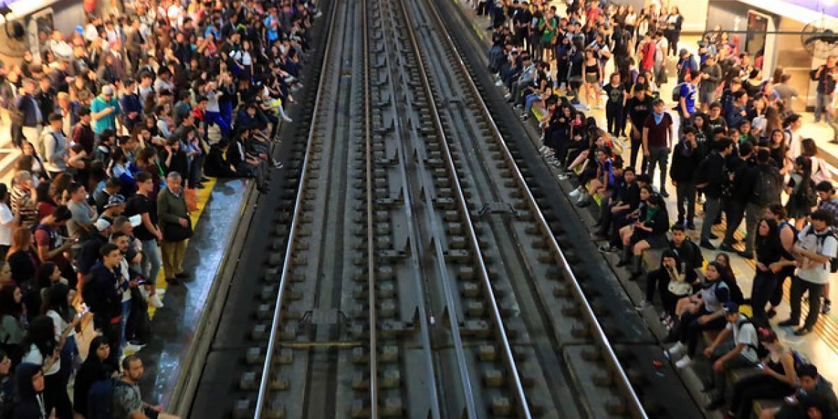 Cierran Metro Plaza de Puente Alto por manifestaciones en el exterior
