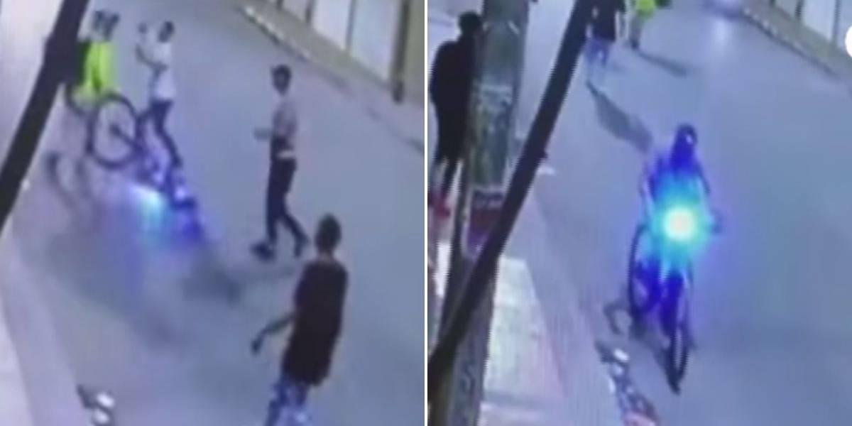 (VIDEO) En manada delincuentes atracaron a un joven y le robaron su bicicleta