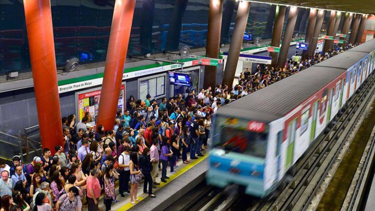 Gran cantidad de Carabineros en Metro de Santiago genera reacciones en redes sociales