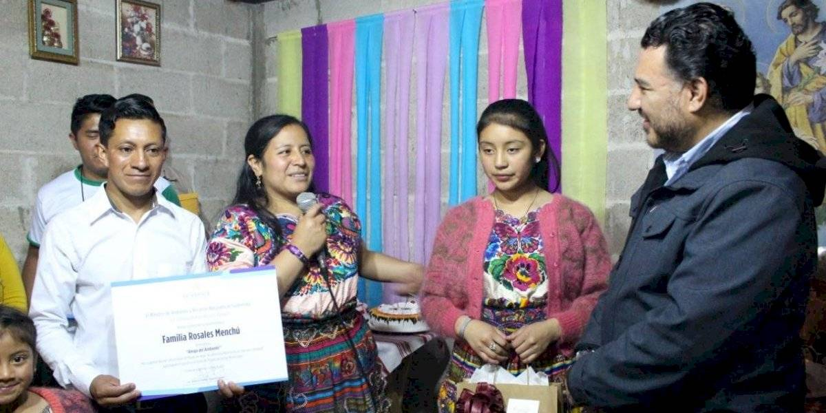 Familia que utilizó platos ecológicos para pastel de cumpleaños recibe reconocimiento