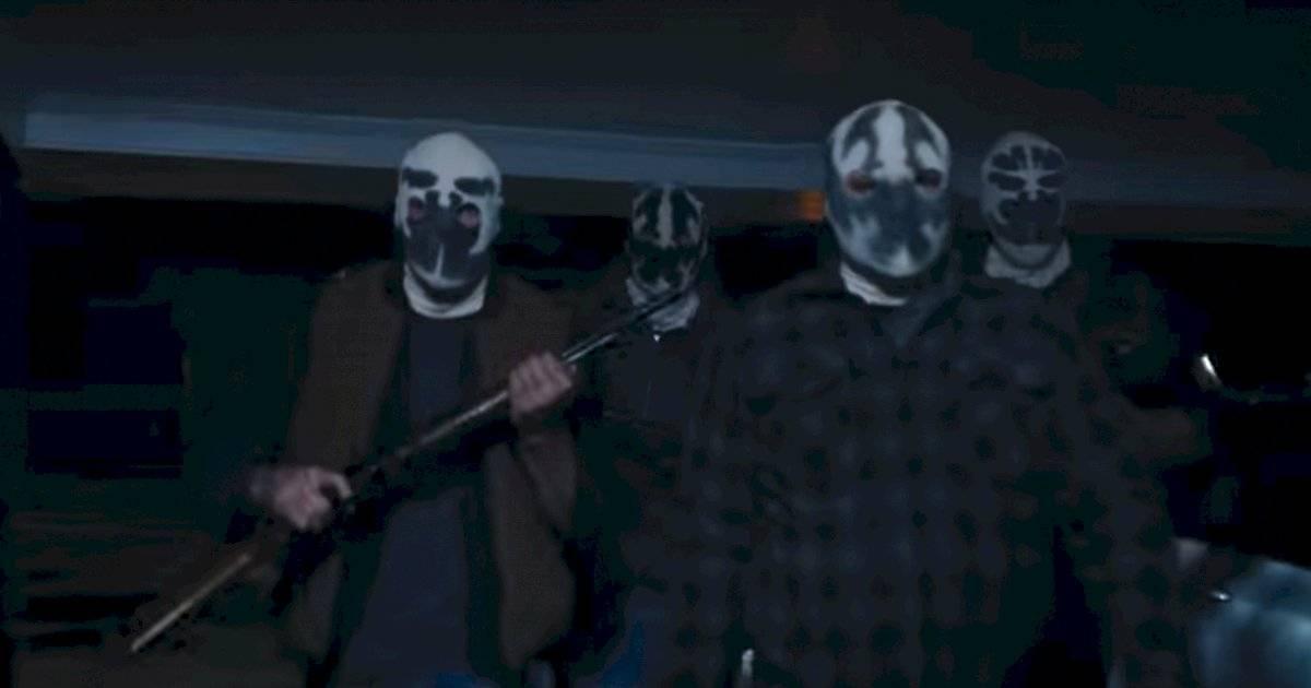 Os supremacistas declaram guerra à polícia usando uma versão da máscara do Rorschach, personagem morto da graphic novel, tido como herói, mas com evidente predisposição ao fascismo. Divulgação