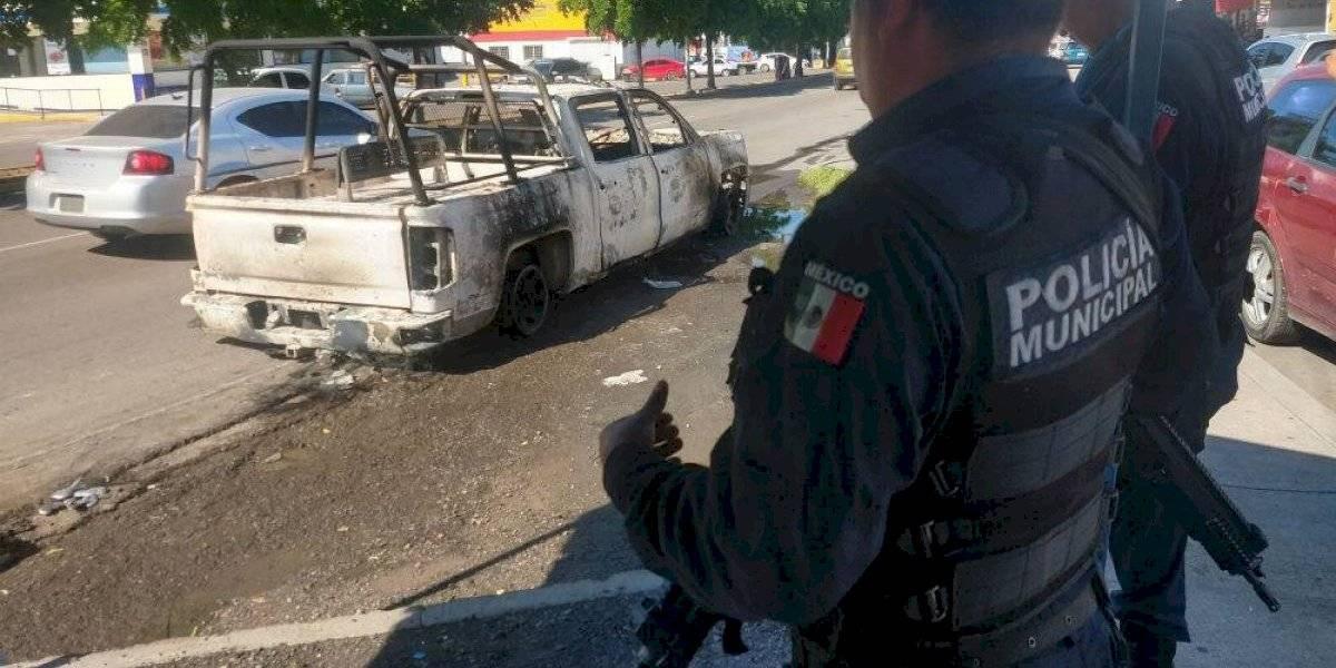 Camioneta clonada de la Sedena aparece quemada en Culiacán