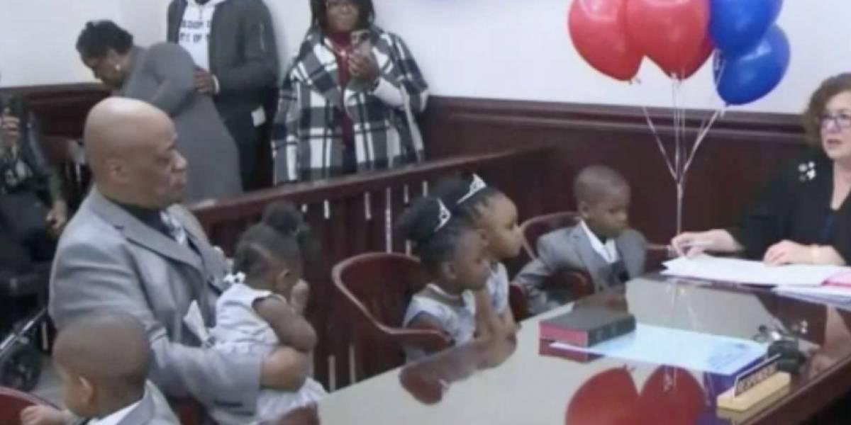 Hombre decide adoptar cinco hermanitos para no separarlos