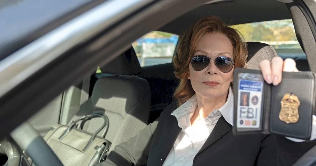 Na verdade essa é a segunda Silk Spectre (vivida por Jean Smart), filha da personagem original e do Comediante. A figura é apresentada como Laurie Blake, uma detetive do FBI. Divulgação