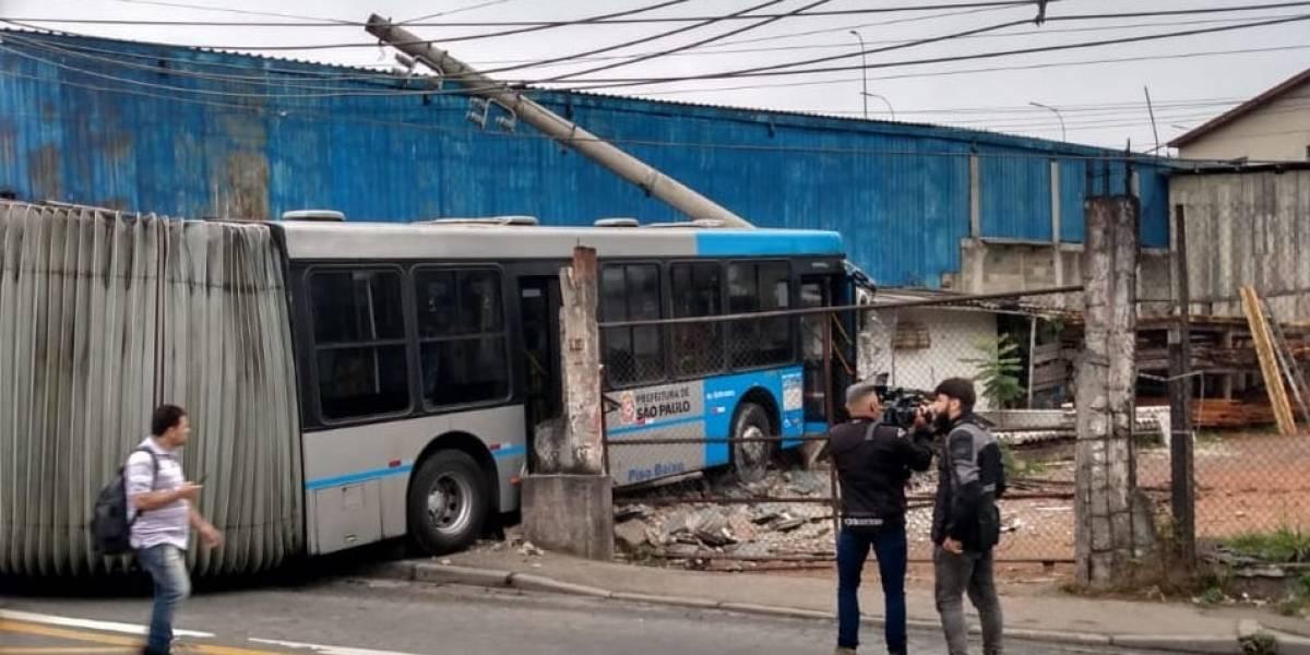 Ônibus perde o controle, invade terreno e derruba poste na estrada do Alvarenga, em São Paulo
