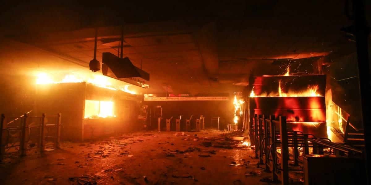 """308 detenidos y 41 estaciones vandalizadas: el balance de las autoridades tras """"jornada extremadamente violenta"""" en Santiago"""