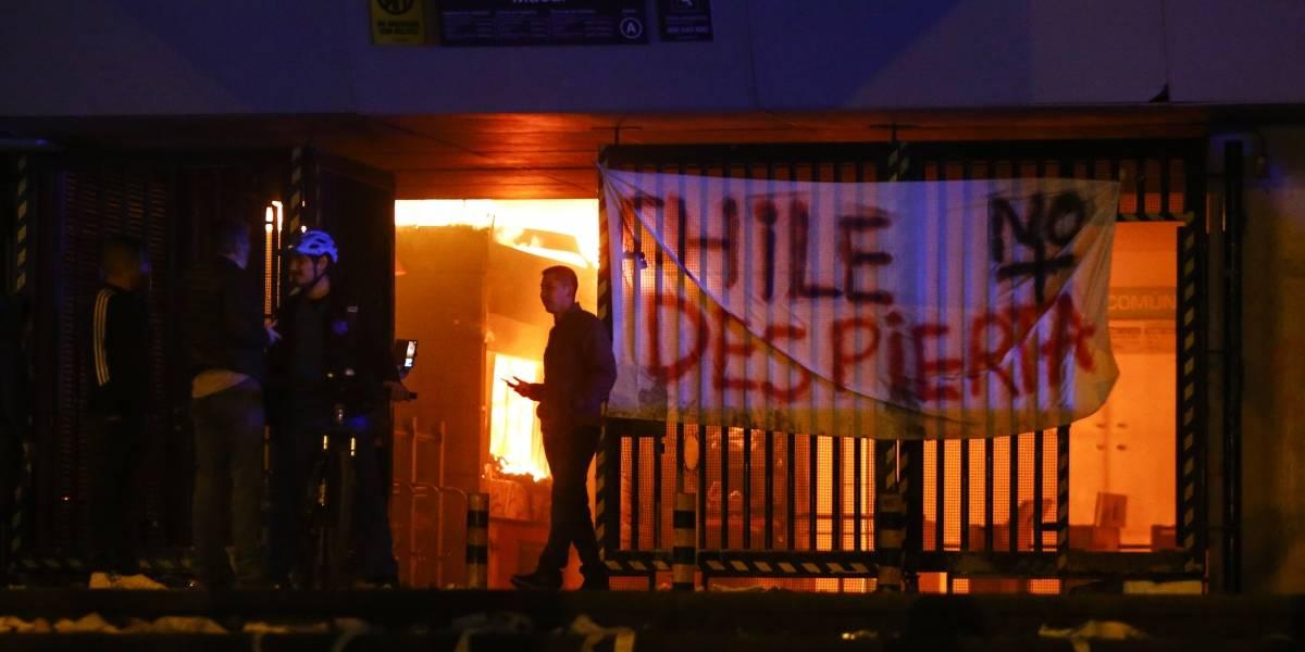 Estado de Emergencia en Santiago: 20 estaciones de Metro incendiadas y militares a la calle