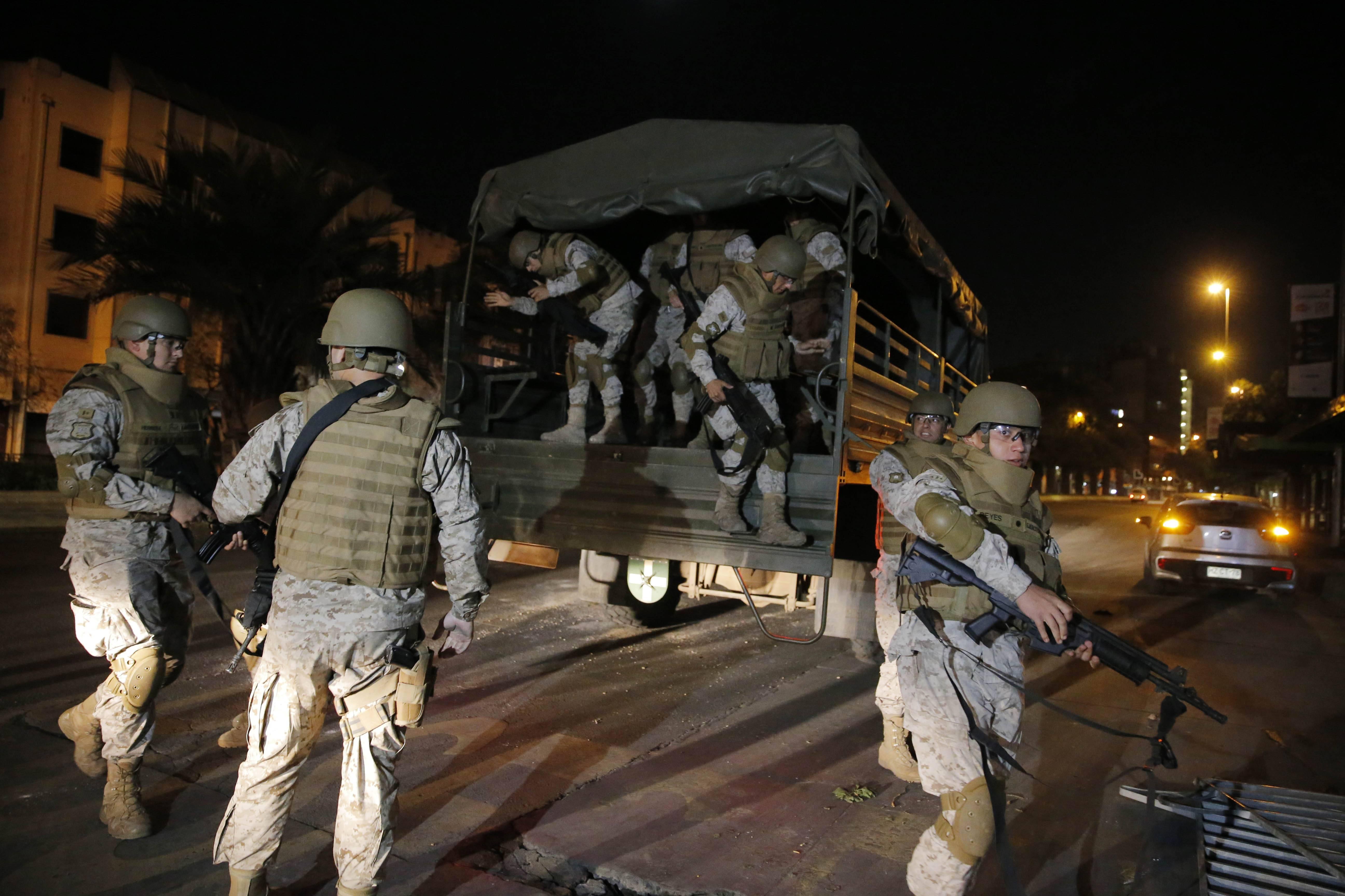 Militares en la calle: Redes sociales reaccionan a una noche de terror en Santiago