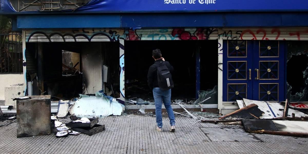 Militares, destrozos y jornada de limpieza: así amaneció Santiago tras histórico viernes de caos