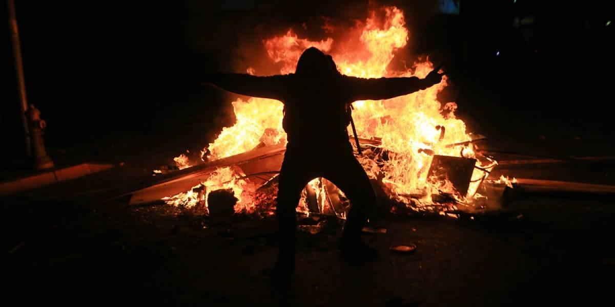 Las manifestaciones no se detienen y aumentan los saqueos en Santiago pese a toque de queda