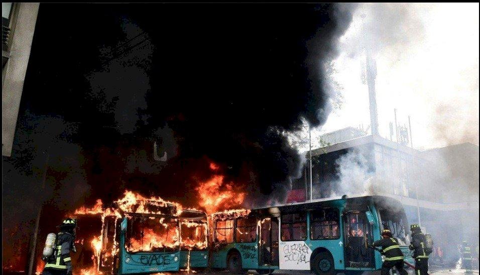 Suspenden circulación de buses en Chile ante violentas protestas AFP