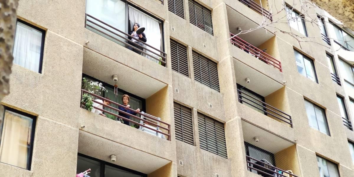 Vuelven los cacerolazos a Santiago: vecinos salen a golpear sus ollas en apoyo al estallido social
