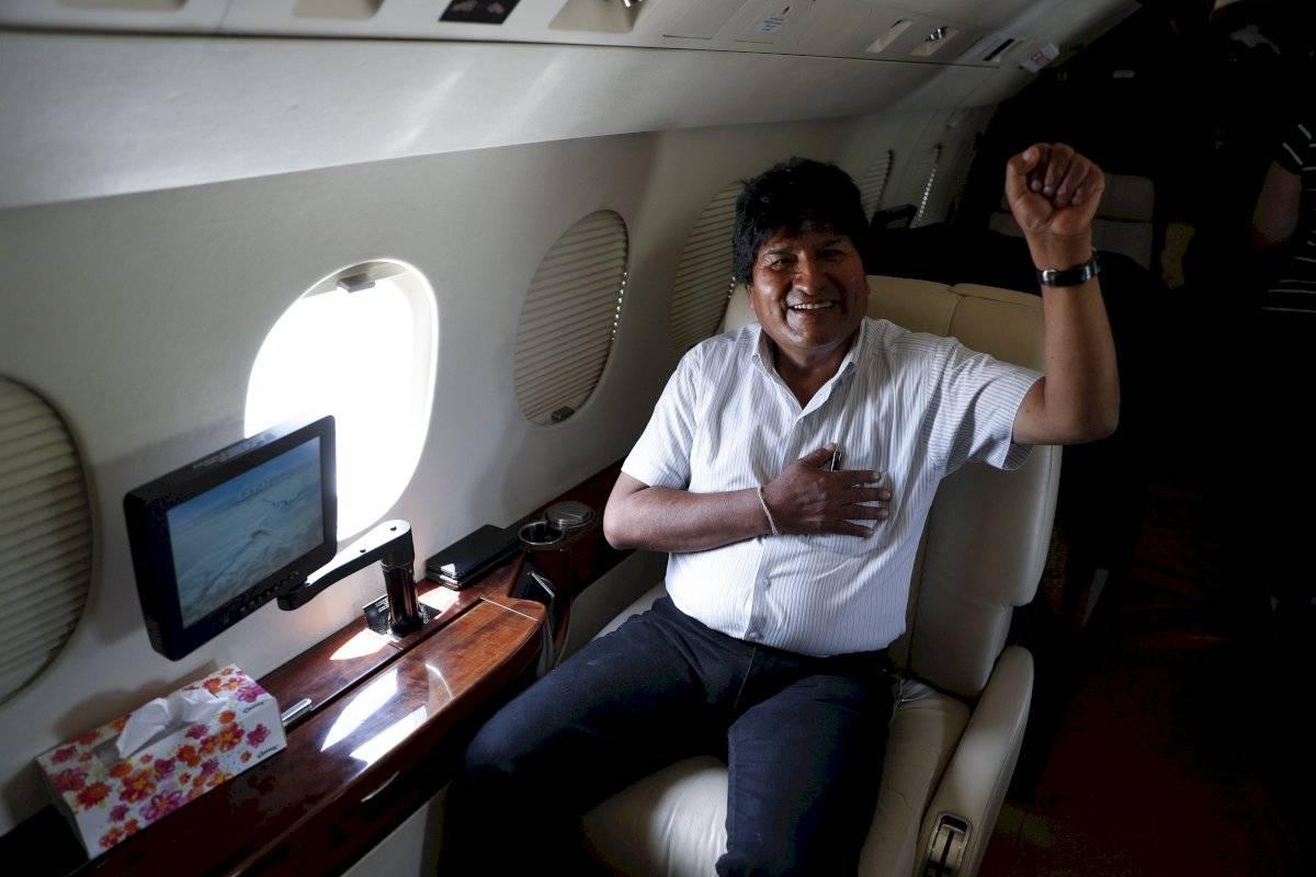 El presidente boliviano Evo Morales sonríe para una fotografía a bordo de un avión en el aeropuerto Chimore en la región de Chapare, Bolivia, el domingo 20 de octubre de 2019. Los bolivianos llevan a cabo elecciones generales y Morales aspira a un cuarto período. Foto: Juan Karita (AP)