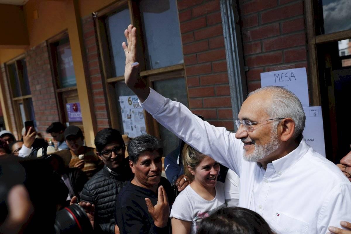 El candidato opositor Carlos Mesa saluda al público tras votar durante las elecciones generales en Mallasilla, en las afueras de La Paz, Bolivia, el domingo 20 de octubre de 2019. Foto: Jorge Saenz (AP)