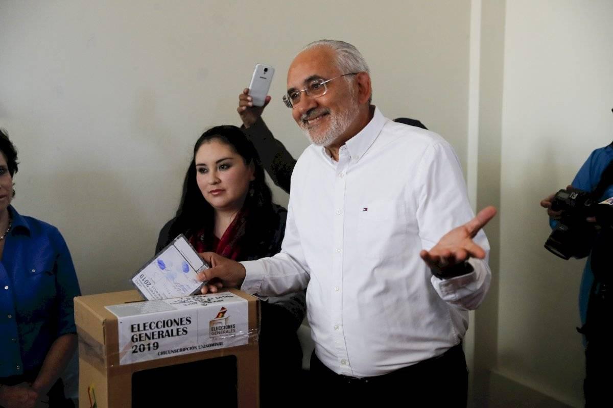El candidato presidencial opositor Carlos Mesa, vota en los comicios generales en La Paz, Bolivia, el domingo 20 de octubre de 2019. Foto: Jorge Saenz