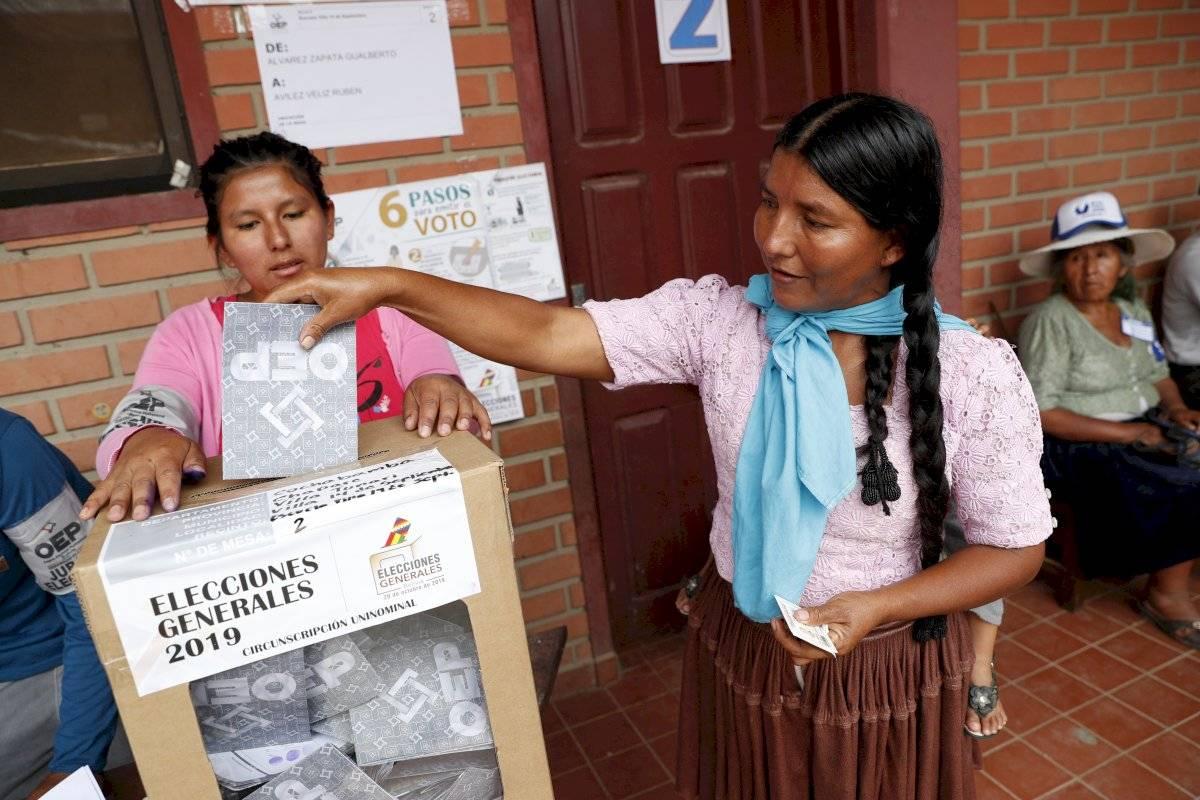 Una mujer emite su voto en Villa 14 de septiembre, en la región de Chapare, Bolivia, el domingo 20 de octubre de 2019. Foto: Juan Karita (AP)