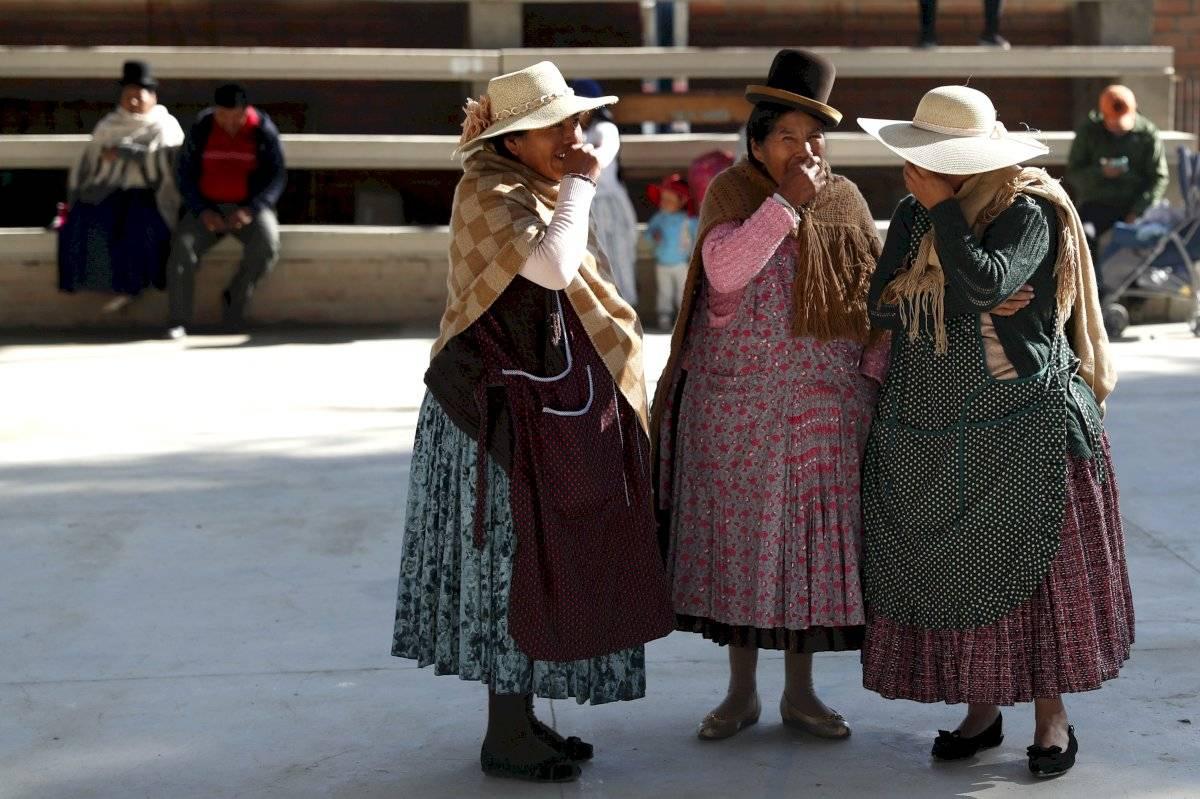 Unas mujeres se detienen afuera de una casilla durante las elecciones generales a las afueras de La Paz, Bolivia, el domingo 20 de octubre de 2019. Foto: Jorge Saenz (AP)